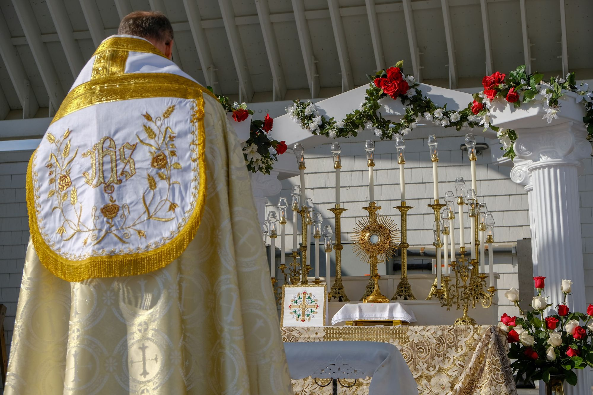 priest-altar-and-monstrance-from-sdcason-dot-com