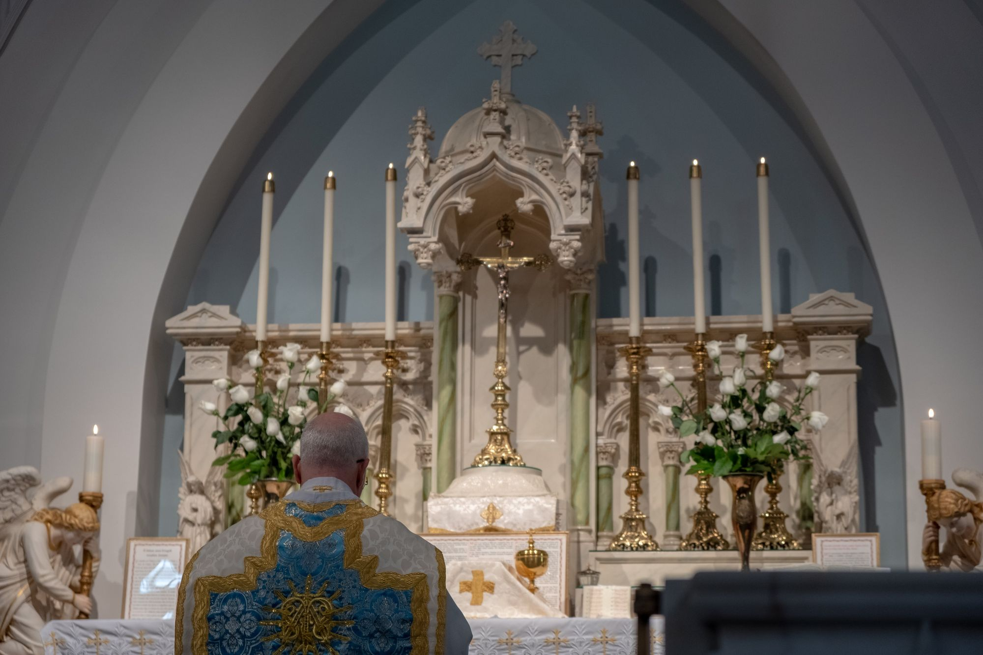 priest-approaching-altar-from-sdcason-dot-com